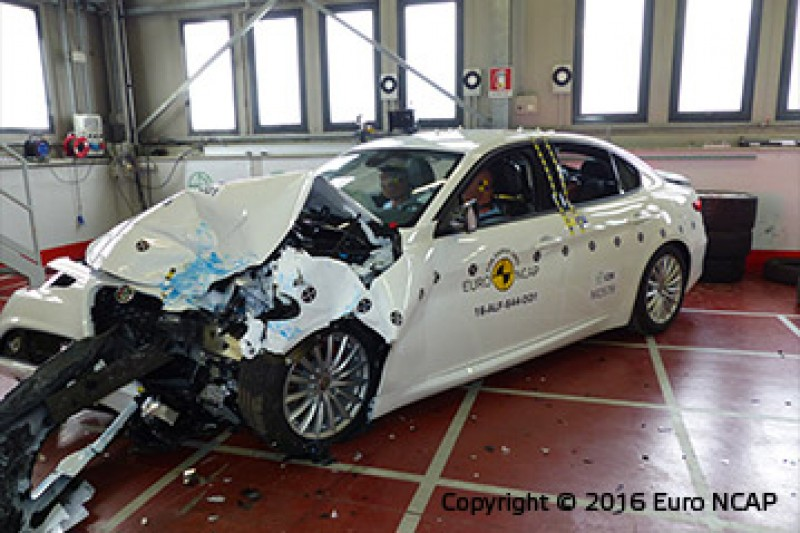前方偏位撞擊後,車身如何吸收撞擊潰縮以保持駕駛座車室完整度是極大考驗