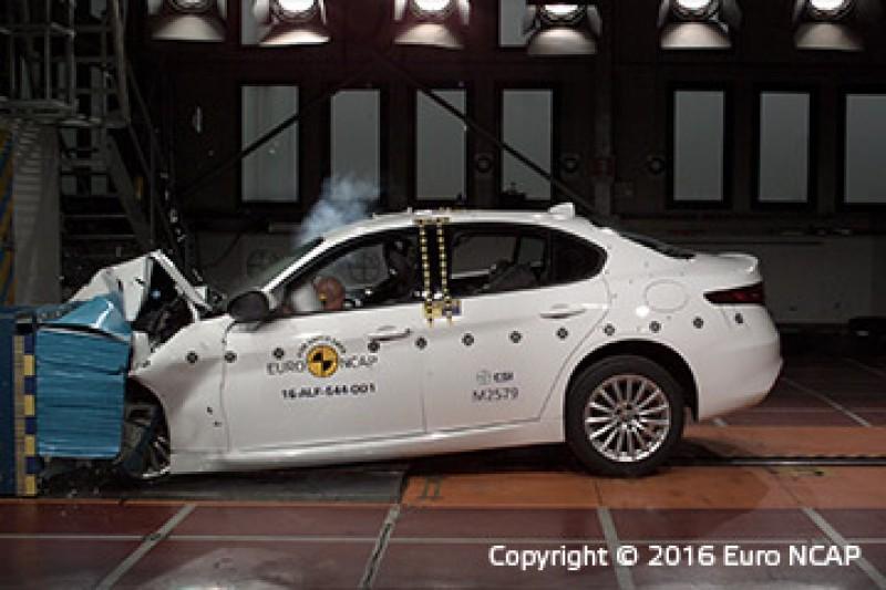 模擬與前方車撞擊,被撞體前方有類似保險桿的緩衝區塊
