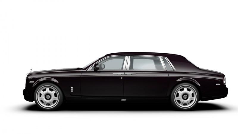 Phantom EWB與Ghost EWB皇家典藏特仕車款外觀特別選用與女皇所擁有的Phantom IV車型相同、散發酒紅光澤的黑櫻桃車色,並在車身兩旁輔以海貝殼色手繪雙腰線