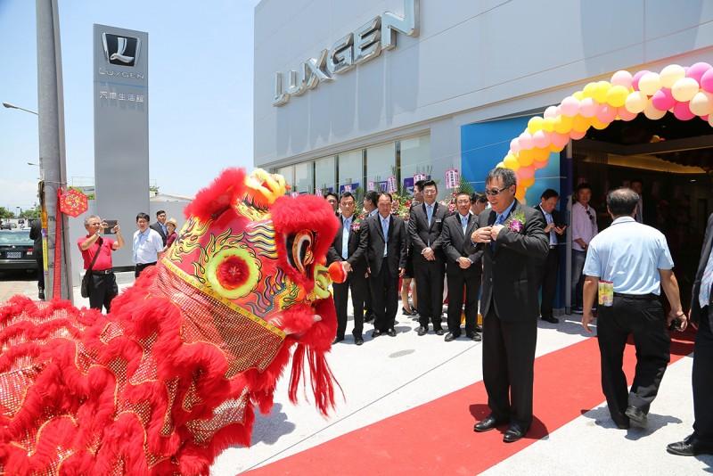 Luxgen宜蘭汽車生活館於6/25盛大開幕,Luxgen副總經理曹中庸特別率領團隊共同參與,代表興隆祥瑞舞獅表演,展現蘭陽在地生活的熱情活力!