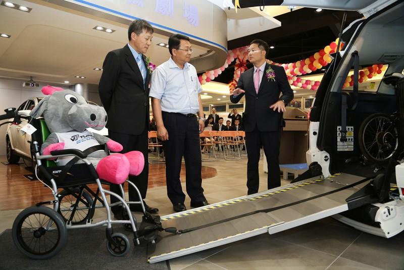 Luxgen副總經理曹中庸(左)與北智捷總經理連振偉(右)為陳歐珀立委(中)介紹多功能高頂休旅V7 Turbo Eco Hyper,具有便利的伸縮式斜坡板,協助輪椅乘員輕鬆上下車。