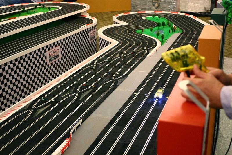 透過遠端遙控器上的可變電阻,玩家可控制電刷車在軌道上的前進速度。