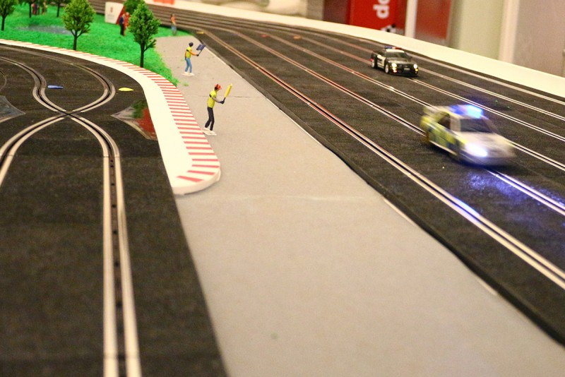 一如真正的賽車運動,電刷車入彎速度太快,將導致翻出軌道的結果,因此要如何將車控制在場上是樂所在。