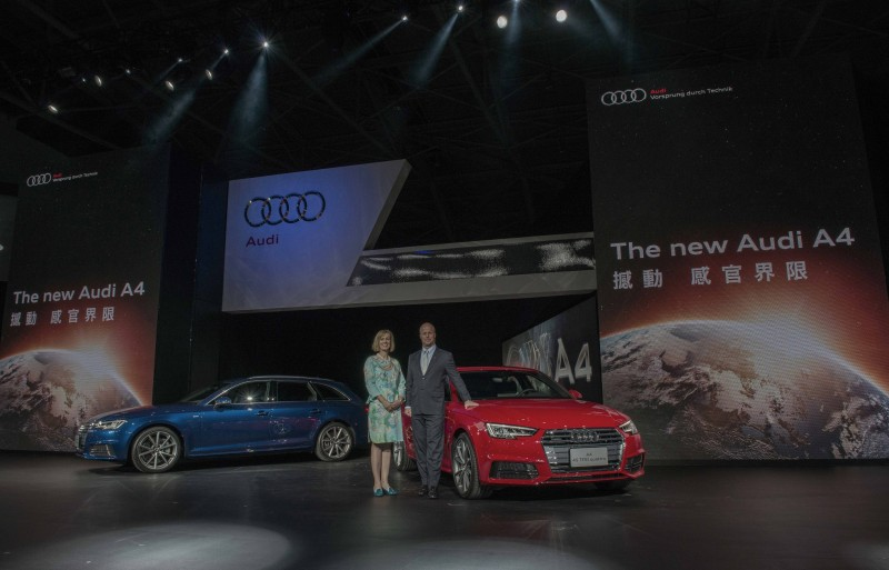 台灣奧迪總裁Ryan Searle(圖右)和行銷處長Angelika Hilger(圖左)連袂與The new A4 / A4 Avant車系合影。