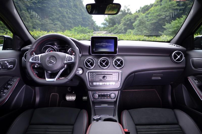 車艙質感在類碳纖維飾板與紅色車縫線的點綴下,使得 A 180 也頗具熱血感受