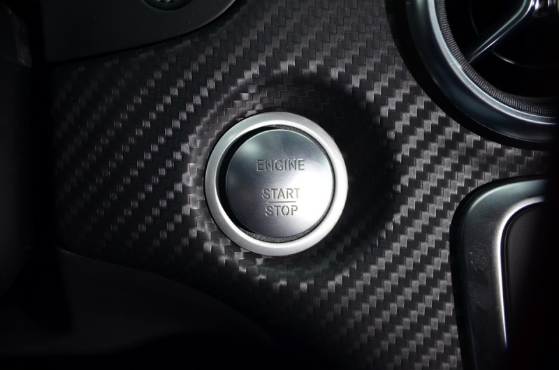 順氣度十足的引擎啟閉按鈕需額外加價選配