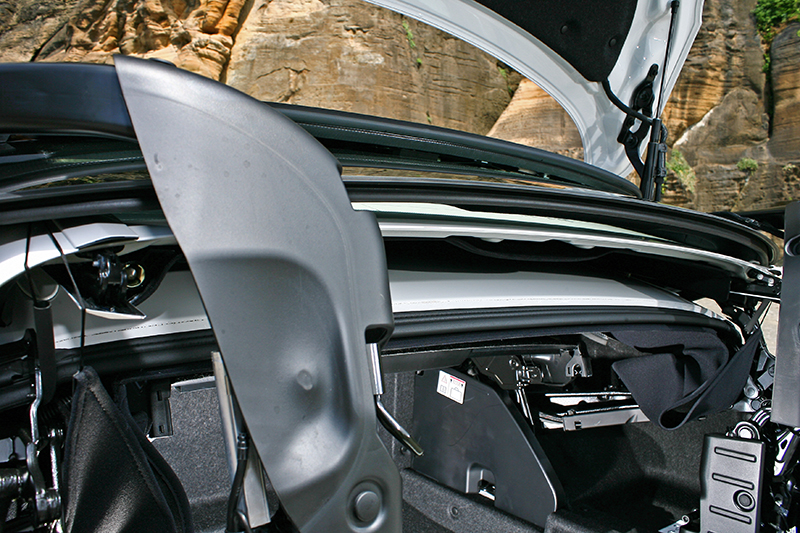 從這張照片可以看出這輛車車頂為三層式收折設計,收折後量體所佔空間較大。