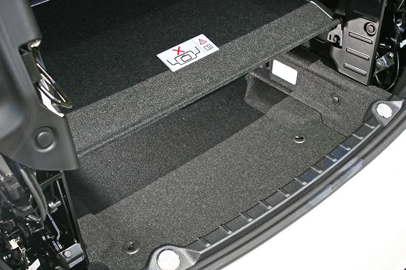 後行李廂若將安全擋板固定住(圖中那塊橫置隔板),其開口並不算太過寬裕。