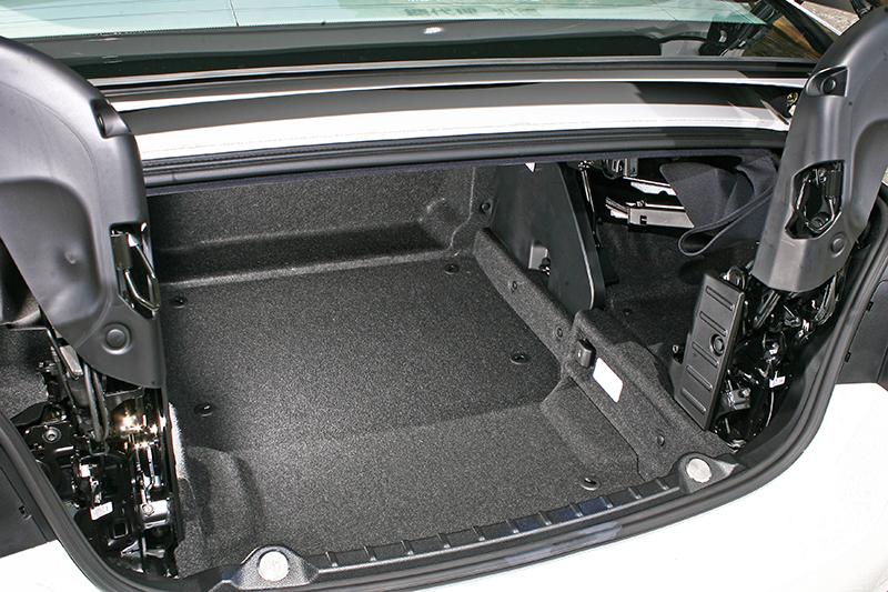所幸這輛車配有電動舉升敞篷機構設計,若敞篷狀態下要放東西進去,按個鈕便可將整個機制抬起,擴大置物開口。