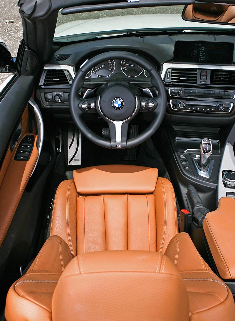 駕馭介面一如4 Series Coupe,但棕橘色內裝在陽光映射下則更顯耀眼。