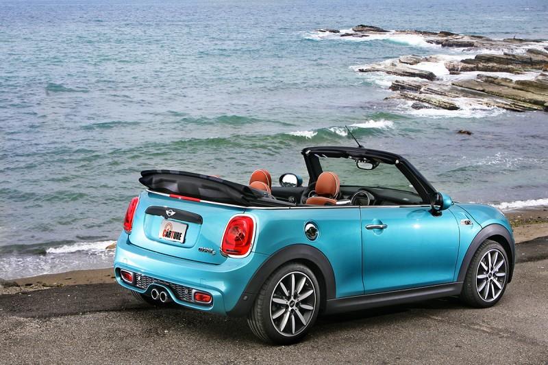 基本上,敞篷車更像是展現生活品味的道具,你看看這可愛的Mini Cabrio哪裏像是炫富品?
