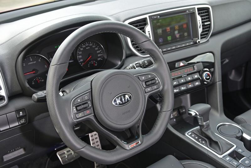 GT Line車型更提供跑車化平底方向盤,打造更極致的操控樂趣。