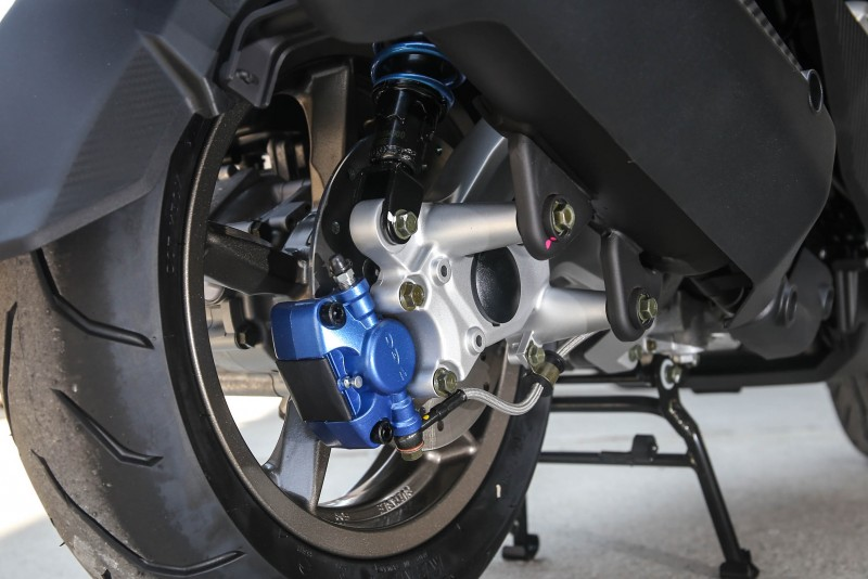 後煞車規格為200mm直徑碟盤搭配對向雙活塞卡鉗。