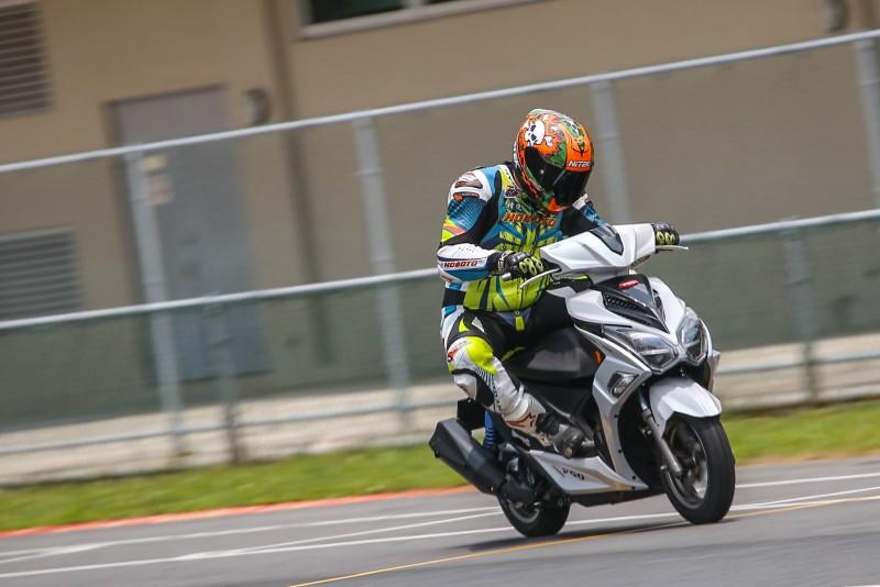 恒典摩托訓練學院教官加菲貓親自感受ALPHA MAX 125的卓越運動性能。