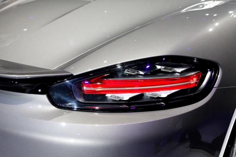 尾燈以雙燈條搭配四顆方燈塊與頭燈設計相呼應,滿是科技感