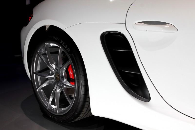 黑色進氣整流罩用在白車上更是明顯