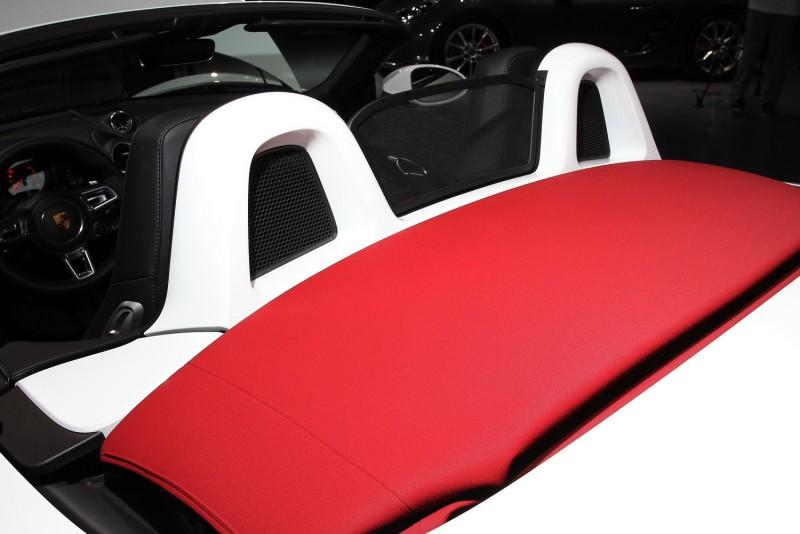 車身同色防滾架一定要選配,白車如果配咖啡色頂棚應該更典雅