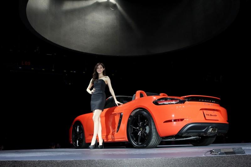 舞台上的718 Boxster車色更特別,請注意同色防滾架與方形排氣尾管