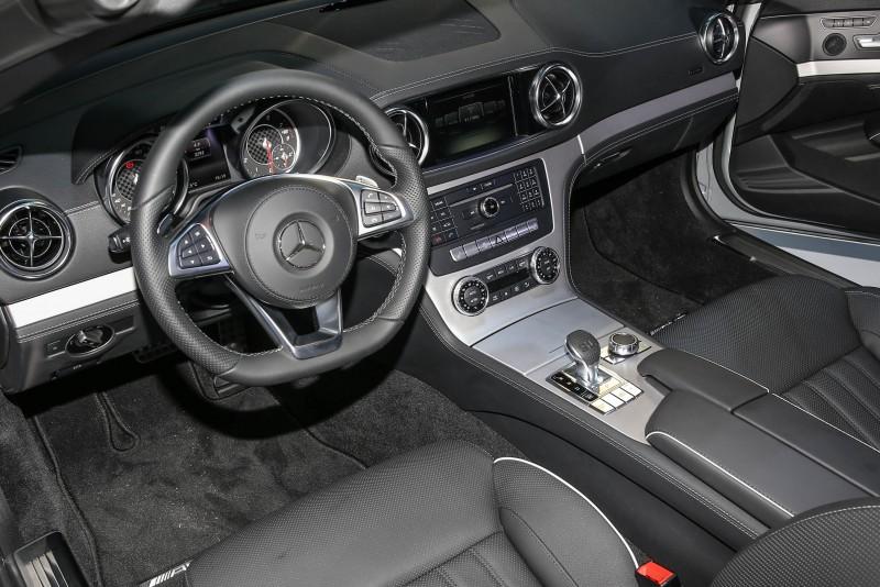 水平翼狀展開的中控台造型,充分說明The new SL於座艙內向300SL經典致敬的結晶。