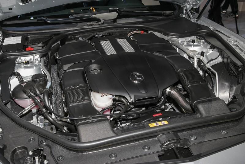 SL 400搭載新調校的3.0升V6 Biturbo雙渦輪增壓汽油引擎,具備367hp最大馬力與500Nm最大扭力輸出水準。