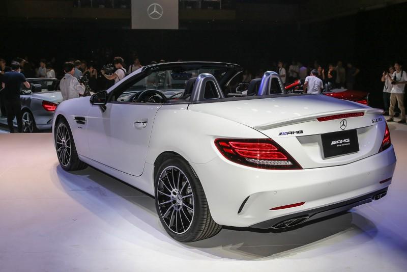 車尾配備AMG雙側四出式鍍鉻黑色尾飾管。