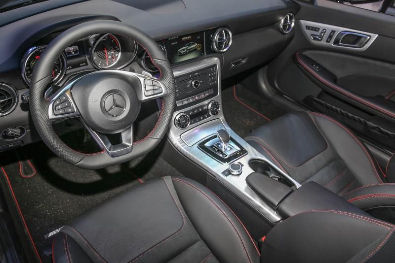 座艙內導入Nappa包覆多功能運動方向盤附換擋撥片、車內環景照明科技等配備。