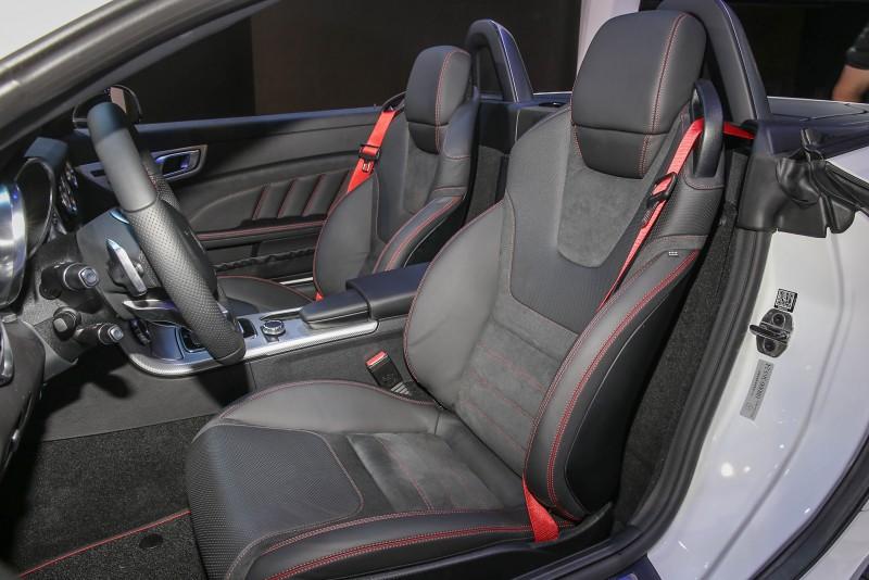 配備Nappa/DINAMICA材質包覆的跑車座椅。
