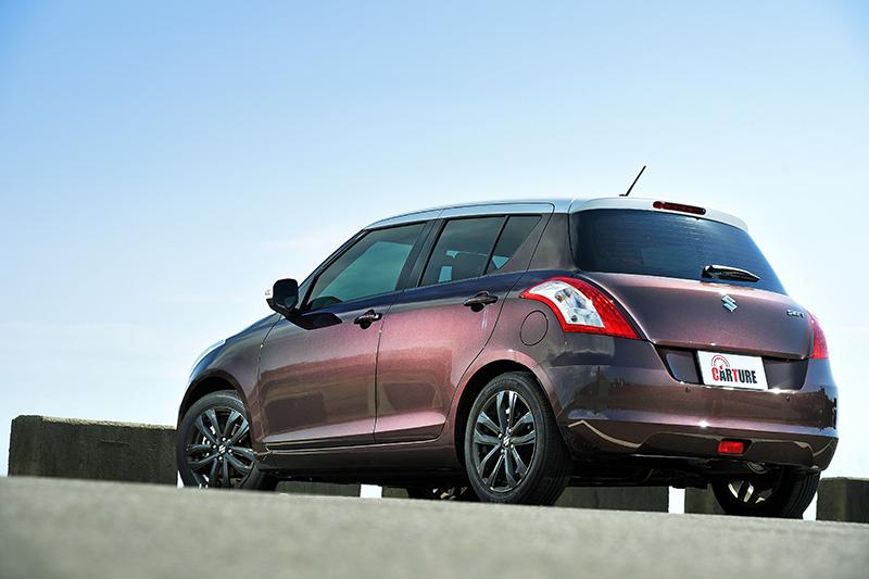 嶄新現身的SUZUKI SWIFT 2 Tone特仕版不僅維持SWIFT既有的俐落身形以及時尚神髓,更在車頂以及後視鏡覆以跳色烤漆處理。