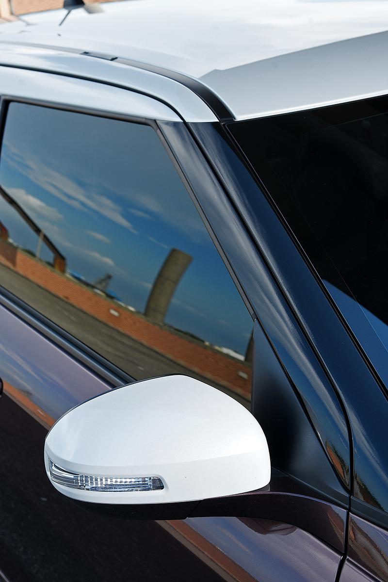 透過懸浮式的車頂設計以及同樣雙色化車外後視鏡,SUZUKI SWIFT 2 Tone特仕版因此更容易攫取街頭潮人的愛慕眼光。