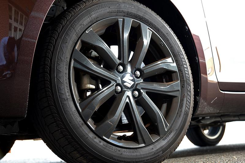 深色系16吋五幅鷹爪式鋁圈搭配185/55 R16跑胎,動感氛圍不言自喻。