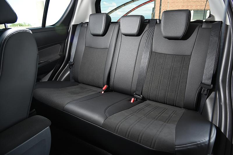 以雙材質交相點綴的織布座椅不僅質感優異,而且乘坐感受相當舒適。