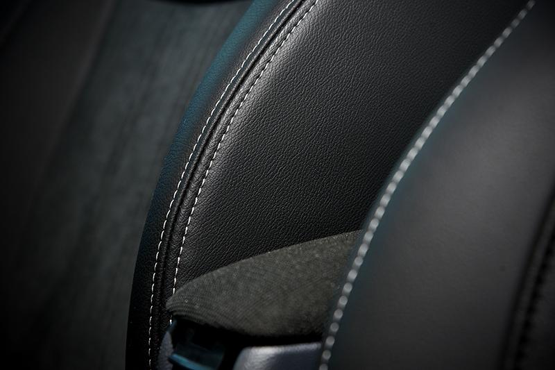 透過黑底白縫線的跳色思維,2 Tone座椅規劃讓視覺感受更顯活潑。