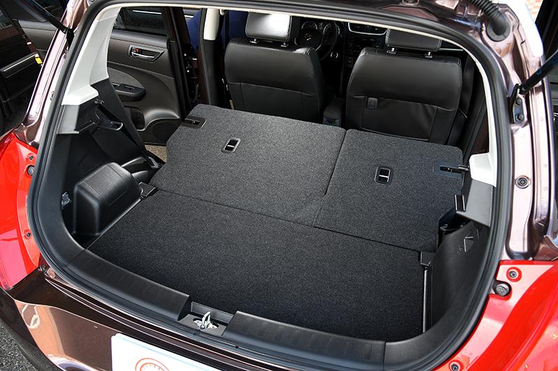將後座椅背放倒,掀背車的彈性置物優勢在SWIFT上頭更形明顯。