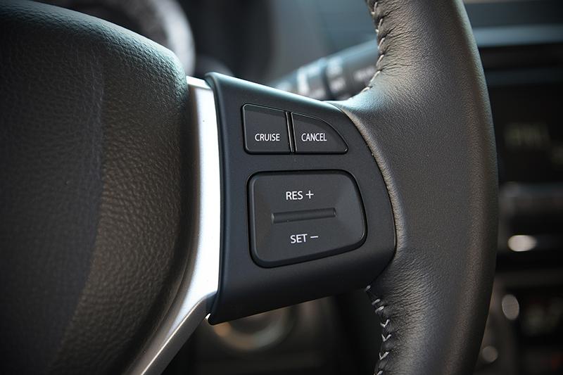 位於方向盤右方的定速系統控鍵,可輕易設定巡航車速讓旅途更加輕鬆自在。
