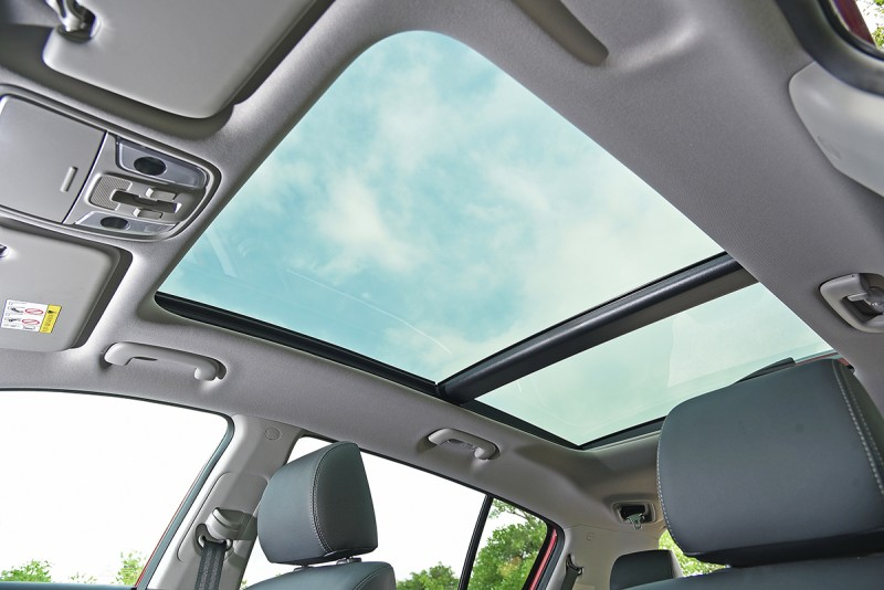 可開啟的超大面積全景式天窗,輕易讓心情豁然開朗。