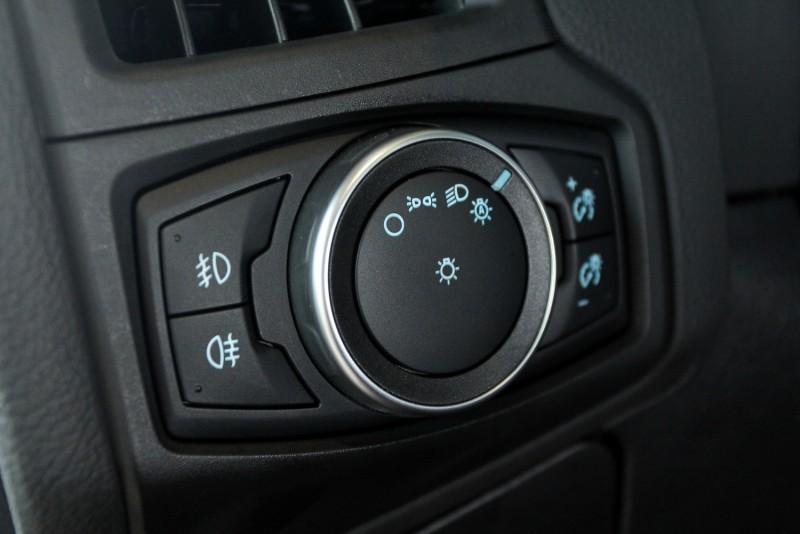 有別於其他車款,德裔車FOCUS大燈系統採用旋扭控制,分為關、小燈、近燈、自動開啟等四段,左側是前後霧燈開關,右側是儀錶亮度調整