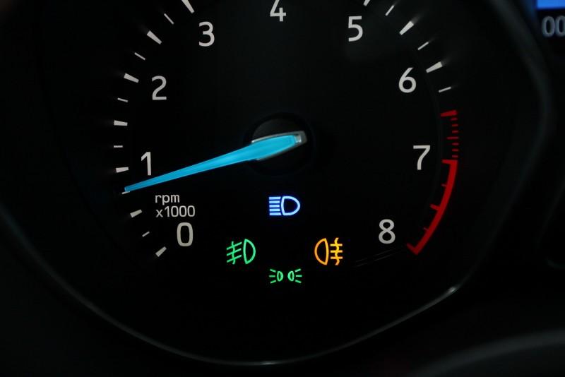 燈光功能在儀錶上的顯示各有不同,上為遠燈符號(水平射線)、下為小燈符號(雙燈擴散)、左為前霧燈符號(穿過波浪向下)、右為後霧燈符號(黃色穿過波浪水平照射),請留意儀錶上符號避免誤用