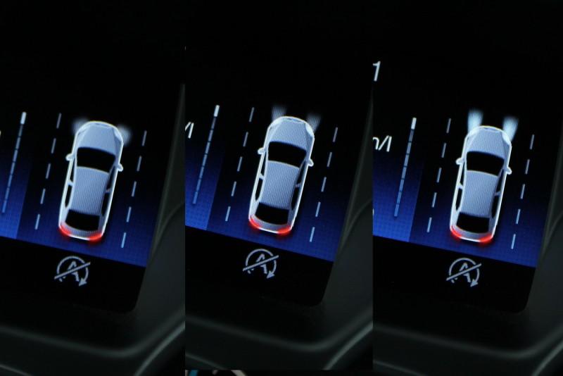FOCUS儀錶上的小車很可愛,隨著燈光切換,小車前後發光部位也會跟著變化