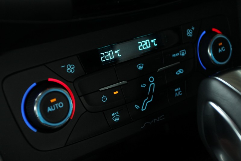 據說20年前只有歐洲車才會把按鍵做出發光模樣,事實如何我沒考究,但FOCUS車內按鍵的淡藍色冷光真是好看
