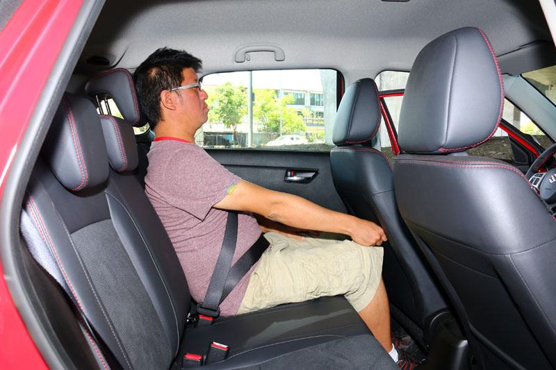 整體來說,它的乘坐空間就是剛好夠用,身高171cm的成人坐於後座,距離前座椅大約還有三指左右的距離。
