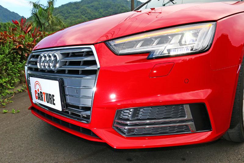 試駕車另選配了Audi最新的矩陣式LED頭燈,能依據路況自動調整燈光照射角度與光源配置,讓行車更加安全。