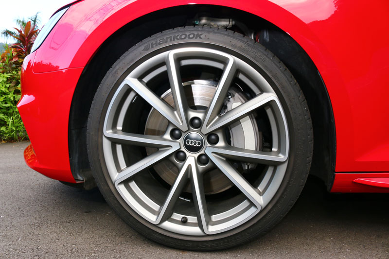 試駕車選配了低扁平比之19吋胎圈組,卻未對行車舒適性造成太大的影響。