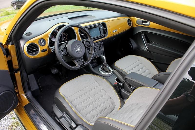 內裝以車身同色飾板環繞,典雅好看