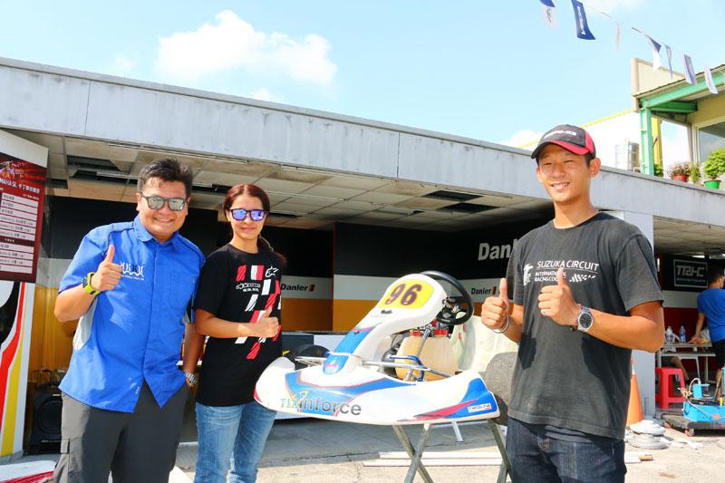 來自香港的梁麗嫻〈左二〉與夫婿Ocean Wong〈左一〉在香港為Sparco、Alrpinestars等賽車部品代理商,並且成立卡丁賽車俱樂部,帶著許多香港卡丁車愛好者享受卡丁車樂趣。