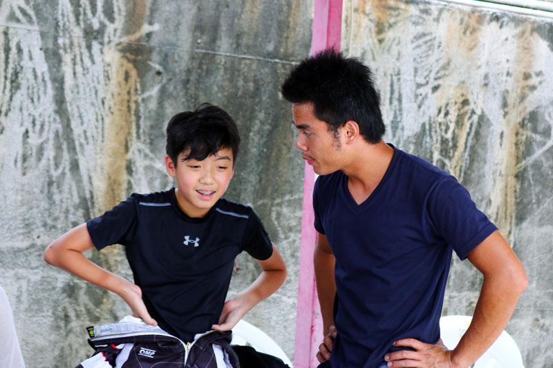 黃士華未能守住竿位優勢,企圖心略微不足,專屬教練、同時有台灣卡丁車王子的蔡承揚立即提出指導。