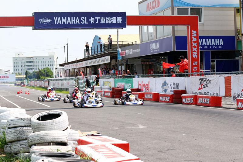 複賽起跑蔡孟甫與黃士華幾乎齊頭並行搶進一號彎。