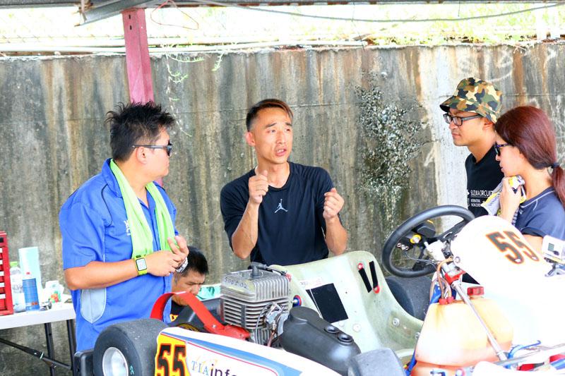 張濬偉也在比賽空檔向香港女車手梁麗嫻討論駕駛心得,讓梁麗嫻可以更快適應車輛與場地。