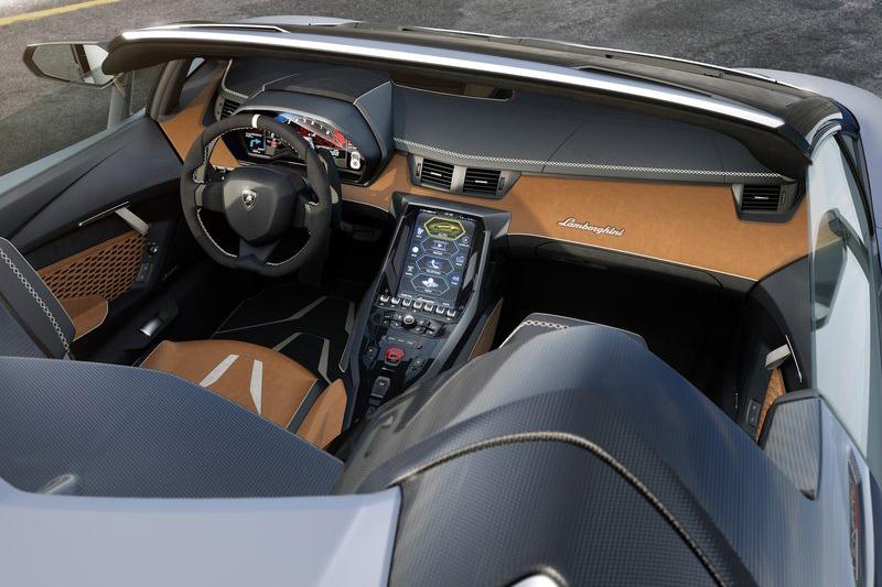 極速超過350km/h,0-100km/h加速緊緊2.9秒的LamborghiniCentenario Roadster,註定將是未來圓石灘車展的VIP。