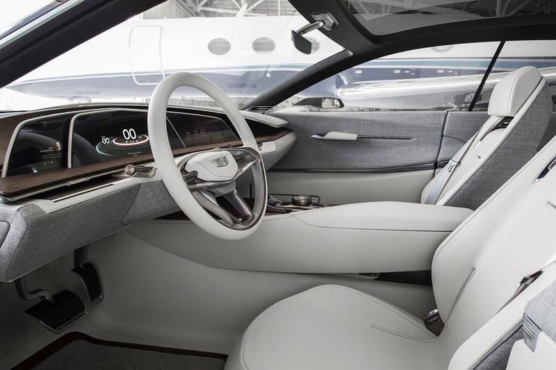 返璞歸真由皮布交織而成的座艙更顯氣質獨具,4.2升V8雙渦輪增壓引擎而來的500hp最大馬力以概念車身份來說則相當實際。