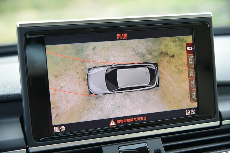 螢幕也能顯示多角度車外即時影像或鳥瞰影像